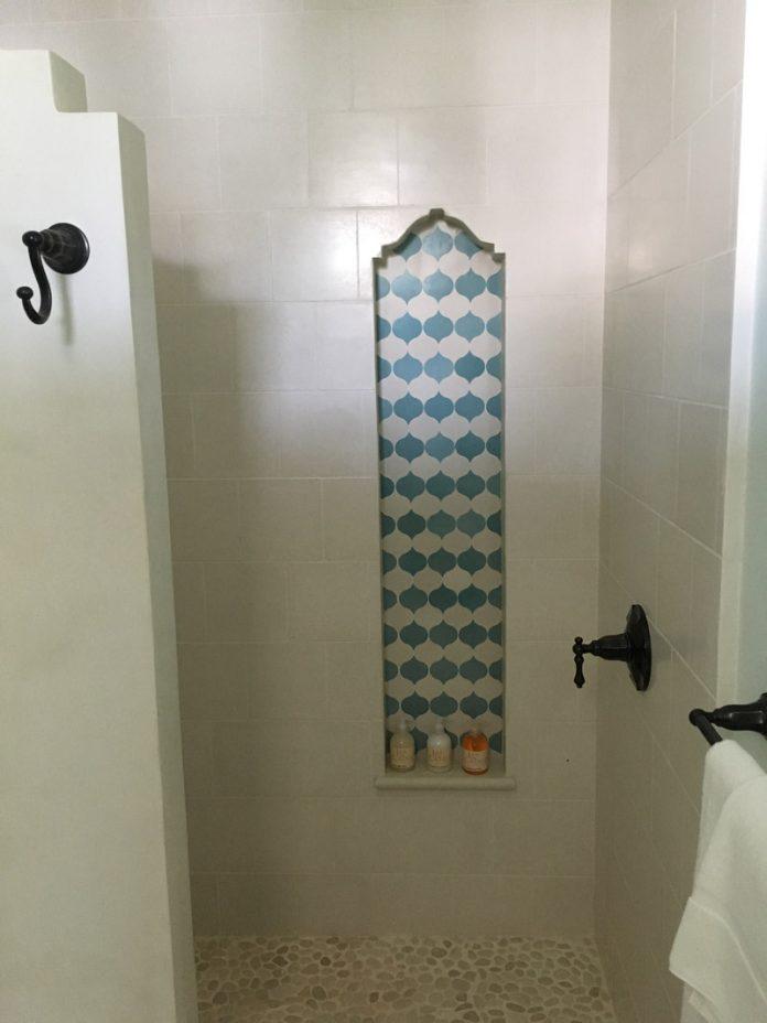Elegante ducha de un Resort en Costa Rica usando el patron Droplet de Granada Tile