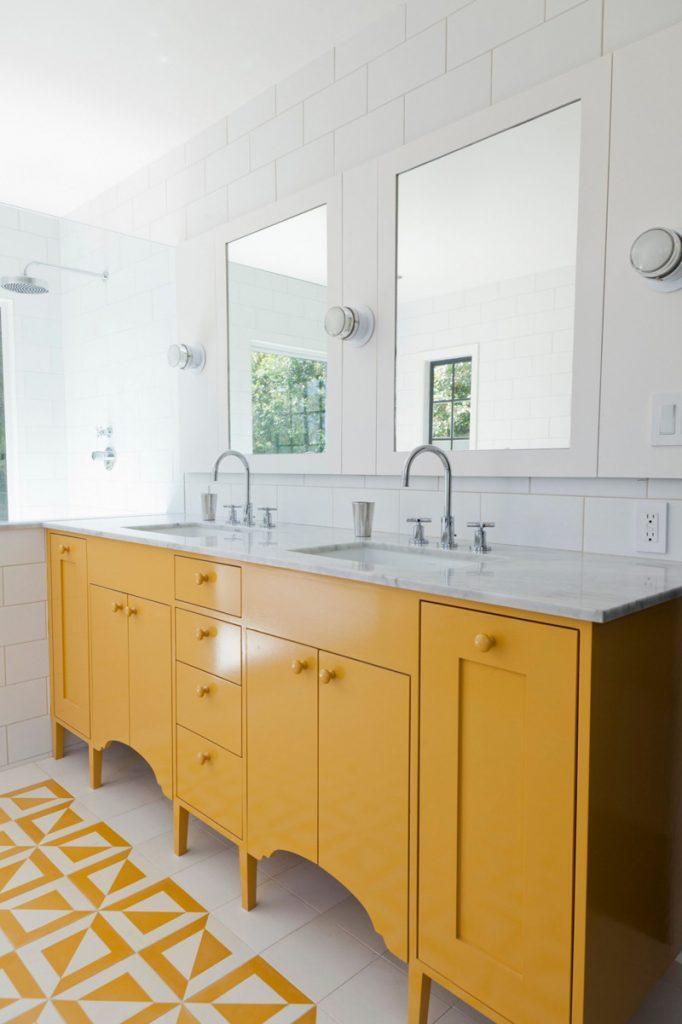 Alfombra de baño. Diseño interior por Barbara Bestor Architecture con mosaico de cemento Vegas de Granada Tile