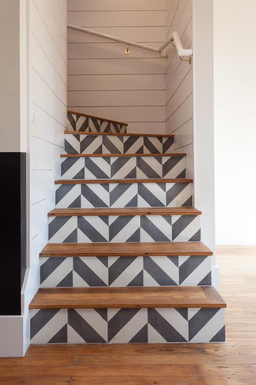 Escaleras decoradas por Hatch Works usando el azulejo de cemento Santander de Granada Tile